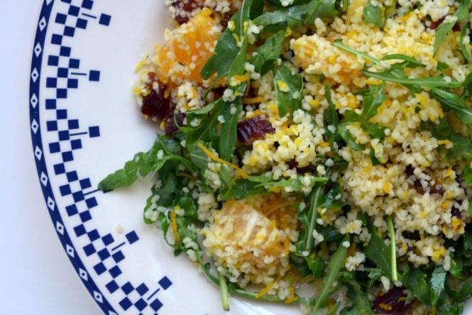 Салат с кус-кус, рукколой, финиками и апельсином (2)